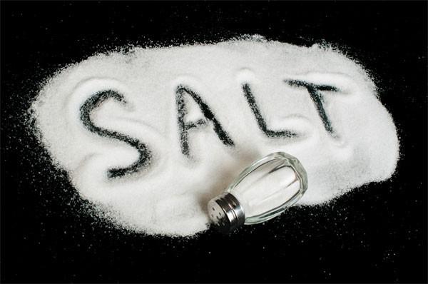 Việc hấp thụ quá nhiều muối trong chế độ ăn hàng ngày sẽ khiến cơ thể tích lũy chất lỏng làm tăng tình trạng viêm phế quản, đồng thời việc sản xuất chất nhầy cũng tăng theo. Vì thế, người mắc viêm phế quản nên hạn chế sử dụng các loại thực phẩm ăn nhanh, đồ ăn đông lạnh, đồ ăn đóng hộp,...