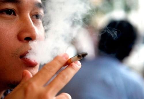 Hút thuốc hoặc tiếp xúc với khói thuốc là nguyên nhân gây bệnh phổi tắc nghẽn mạn tính
