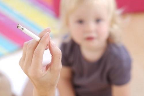 Trẻ thường xuyên hít phải khói thuốc, bụi bẩn...làm gia tăng nguy cơ mắc bệnh về đường hô hấp