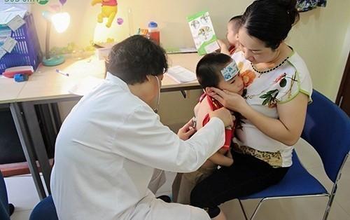 Cha mẹ cần đưa bé đi khám khi có dấu hiệu bệnh để kịp thời điều trị (ảnh minh họa)