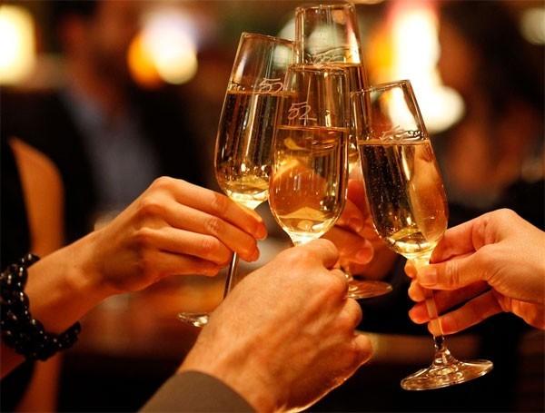 Dưới sự kích thích của rượu, các mao mạch bị tắc nghẽn, khiến nhiệt độ cơ thể nóng lên.