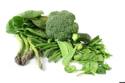 Rau bina, củ cải, cải xoăn và các loại rau có lá màu xanh đậm khác rất giàu lutenin, một chất chống oxy hóa rất cần thiết để có làn da khỏe mạnh.