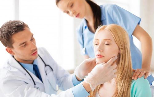 Bạn nên đến cơ sở chuyên khoa để thăm khám sớm khi có triệu chứng viêm thanh quản
