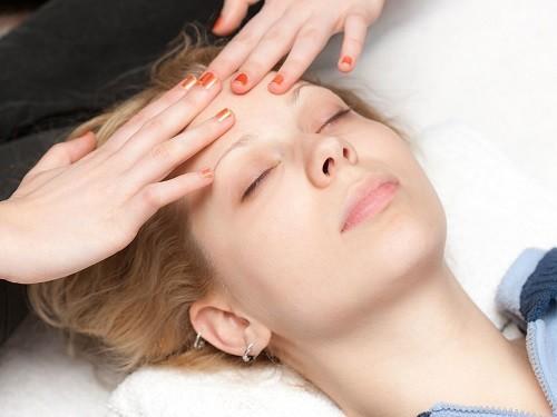 Xoa bóp gia đầu và hai bên thái dương thực sự có thể giảm bớt sự đau đớn cho người bệnh đau nửa đầu