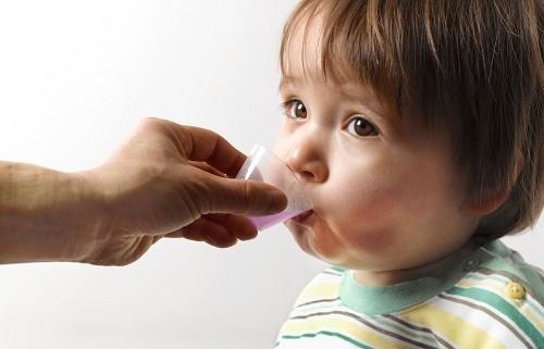 Sử dụng cốc hoặc các thiết bị đo lường khác được đính kèm với thuốc mỗi khi cho trẻ uống thuốc.