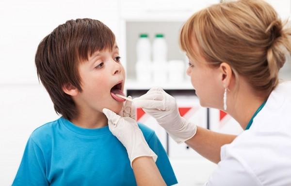 Bạn nên đưa trẻ đến cơ sở chuyên khoa để thăm khám và điều trị khi viêm nắp thanh quản