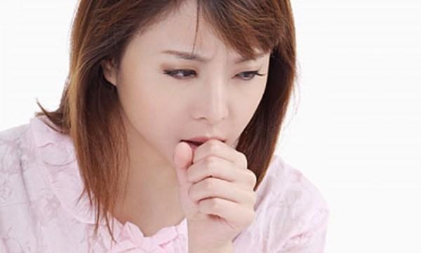 Bạn nên cẩn thận nếu như bị ho liên tục kèm theo dịch nhầy, máu hoặc sốt. Đôi khi đây có thể là dấu hiệu của viêm phế quản mạn tính hoặc tràn khí màng phổi
