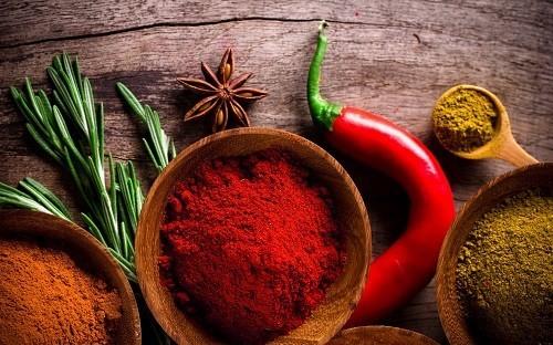 <em>Đồ ăn cay nóng, nhiều gia vị và căng thẳng không phải là nguyên nhân gây viêm loét dạ dày tá tràng nhưng có thể làm trầm trọng thêm các triệu chứng của bệnh.</em>
