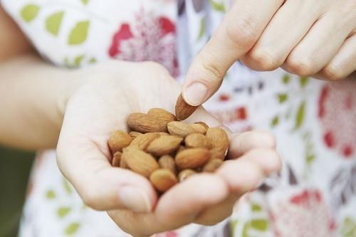<em>Không có bằng chứng khoa học nào chứng minh rằng ăn các loại hạt có thể gây viêm túi thừa.</em>