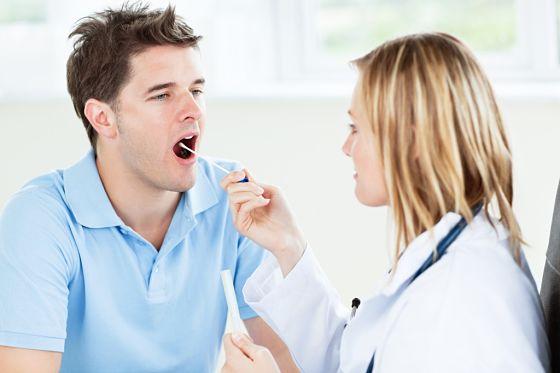 Bạn nên đến cơ sở chuyên khoa để thăm khám khi có dấu hiệu viêm thanh quản