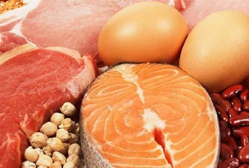 Người giãn phế quản nên ăn các thực phẩm giàu vitamin và khoáng chất để tăng cường sức đề kháng cho cơ thể, chẳng hạn các loại hoa quả tươi: lê, quýt, táo, dứa,... các loại rau xanh, các loại củ quả: bầu, bí, mướp, ngó sen...