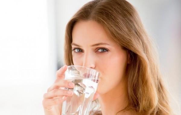 Uống nhiều nước giúp làm loãng dịch nhầy trong phế quản