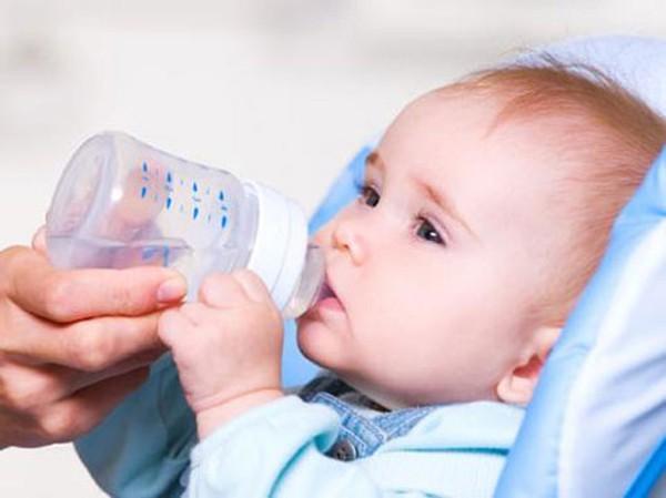 Khi trẻ bị viêm phế quản cần bổ sung nhiều nước