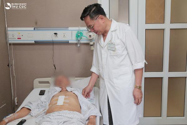 Sau phẫu thuật, người bệnh hoàn toàn tỉnh táo, sức khỏe tiến triển tốt.