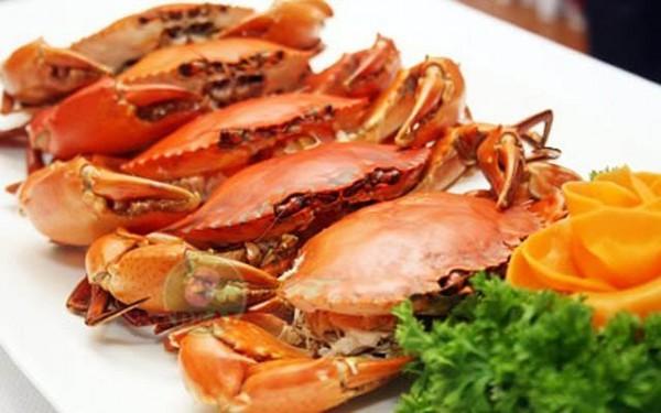 Trường hợp trẻ bị ho thì bố mẹ không nên cho trẻ ăn vì hải sản  có mùi tanh khiến cho trẻ dễ bị dị ứng, buồn nôn và khó thở