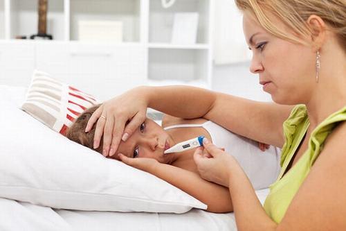 Trẻ bị hen suyễn thường có triệu chứng sốt cao