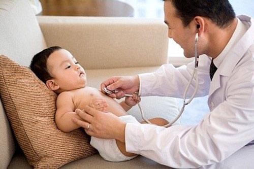 Bạn nên đưa trẻ đến cơ sở chuyên khoa để được thăm khám và điều trị kịp thời