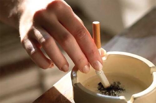 Những người hút thuốc lá trong thời gian dài có thể gây viêm màng nhầy và tăng sản xuất đờm trong mũi và cổ họng