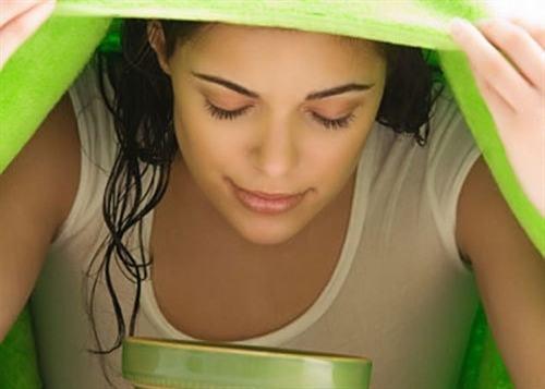 Hít hơi tỏa ra từ một bát nước nóng được hòa với vài giọt tinh dầu bạch đàn, hoặc bạn có thể trùm một chiếc khăn ướt lên mặt và hít hơi nước qua mũi, giúp làm làm sạch các chất nhầy trong mũi và giảm nhẹ các triệu chứng khi bị viêm xoang.