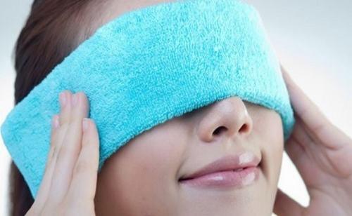 Khi bị viêm xoang, bạn có thể sử dụng chếc khăn đã thấm nước ấm trùm lên đầu, mặt, mũi và mắt để giảm đau và loại bỏ các chất nhầy trong mũi, giúp giảm triệu chứng nghẹt mũi.