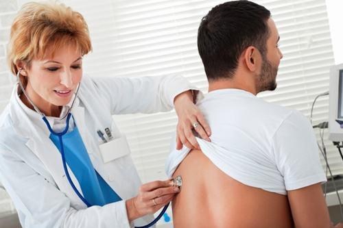 Bạn nên đến cơ sở chuyên khoa để được thăm khám và điều trị khi viêm ho kéo dài