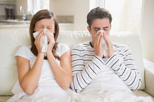 Viêm mũi dị ứng cấp tính thường gây thương tổn đồng thời cả 2 bên mũi.