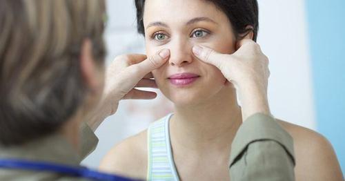 Bạn nên đến cơ sở chuyên khoa để thăm khám và điều trị viêm mũi dị ứng
