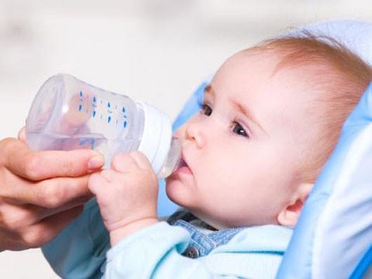 Khi trẻ bị sốt phát ban cha mẹ nên cho trẻ uống nhiều nước
