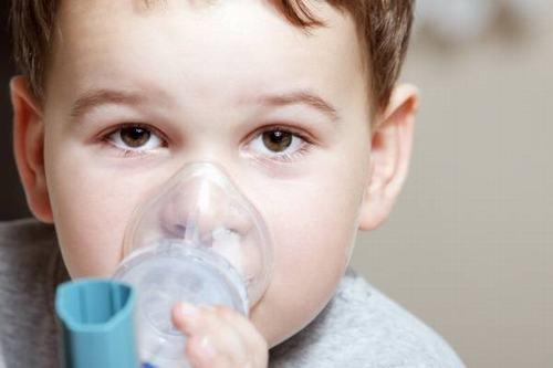 Khò khè là tiếng thở bất thường có âm sắc trầm, nghe rõ nhất khi trẻ thở ra