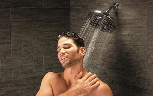 Tắm vòi sen tránh ngâm vùng phẫu thuật trong bồn tắm