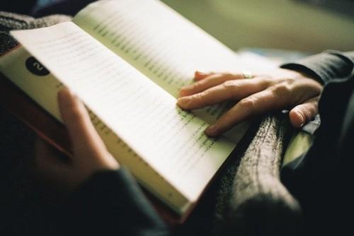 Đọc sách khoảng 15 phút trước khi đi ngủ cũng là cách để giúp bạn có được một giấc ngủ ngon