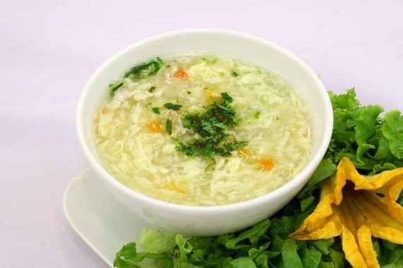 Thức ăn được chế biến theo dạng mềm, lỏng giúp việc ăn uống của người mắc viêm thanh quản dễ dàng hơn.