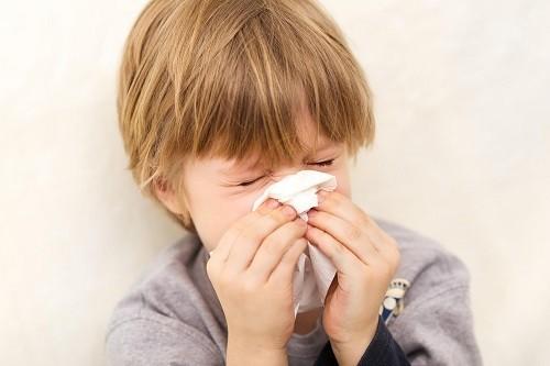 Cả cảm cúm và cảm lạnh đều là nguyên nhân gây ho ở trẻ em
