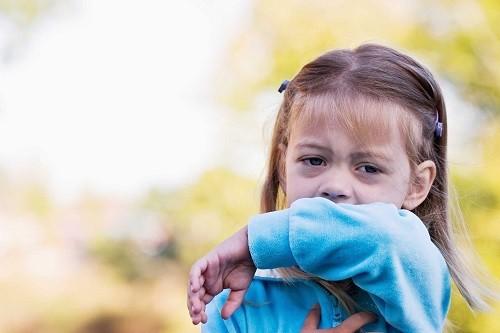 Ho khò khè, ho nhiều về đêm hoặc khi trẻ vận động mạnh... là những biểu hiện của hen suyễn
