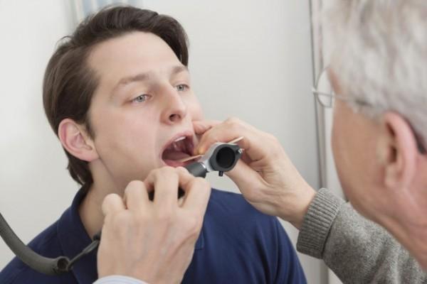 Bạn nên đến cơ sở chuyên khoa để được thăm khám và điều trị khi viêm thanh quản