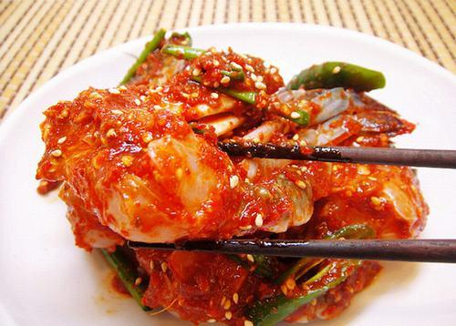 Ăn món cay như ớt, tiêu, gừng thì sẽ làm cho họng cảm thấy bị rát sưng lên nhiều hơn.