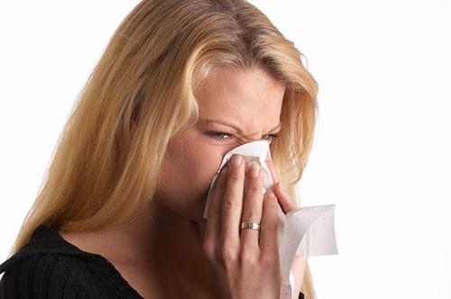 Viêm mũi cấp tính thường do virus gây ra