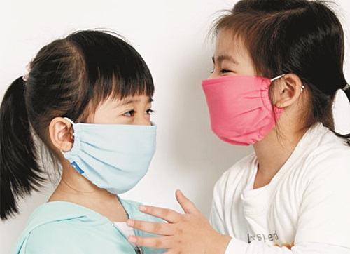 Để phòng ngừa trẻ mắc bệnh về đường hô hấp, hãy nhắc nhở bé đeo khẩu trang khi ra đường để tránh bị truyền nhiễm