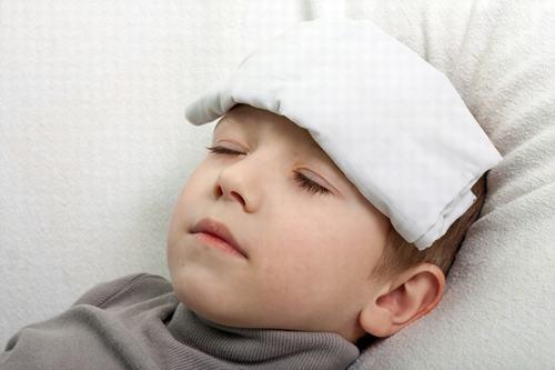 Khi bị viêm họng liên cầu khuẩn người bệnh thường có triệu chứng sốt cao