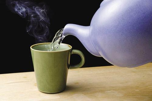 Nước nóng là một trong những cách tốt nhất giúp bạn làm loãng đờm hiệu quả. Buổi sáng thức dậy bạn thấy cổ họng tắc nghẽn, thậm chí nói không ra tiếng, luc này một cốc nước ấm sẽ giúp giọng nói sẽ tự nhiên trở lại.