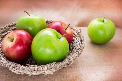 Táo chứa flavonoid và nhiều loại vitamin, đặc biệt là vitamin C và chất chống oxy hóa, giúp duy trì hệ miễn dịch và hệ hô hấp khỏe mạnh.