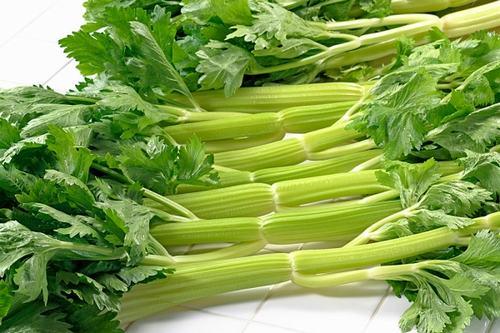 Cần tây là một nguồn giàu natri hữu cơ giúp loại bỏ carbon dioxide từ cơ thể tốt hơn. Do đó, cần tây có lợi cho người bị hen suyễn. Bên cạnh đó nước ép cần tây tươi chứa hàm lượng cao vitamin C giúp giảm viêm ở phổi.