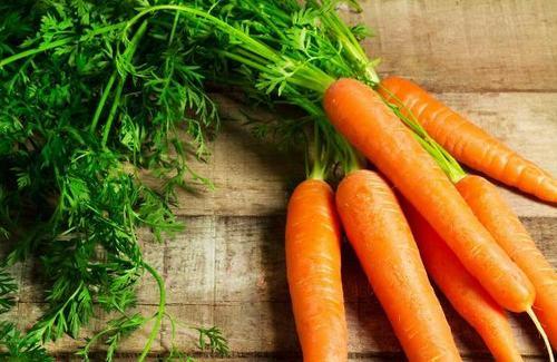 Trong cà rốt có vitamin A, vitamin C và các chất chống oxy hóa như lycopene, giúp cải thiện sức khỏe phổi và làm giảm nguy cơ mắc bệnh phổi. Theo các chuyên gia, chỉ một vài củ cà rốt trong chế độ ăn hàng ngày có thể làm giảm nguy cơ ung thư phổi khoảng 50%.
