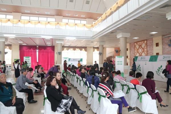 Ngay từ sáng sớm, đã có rất nhiều người dân tới Trung tâm văn hóa Kinh Bắc để được thăm khám và tầm soát ung thư miễn phí.