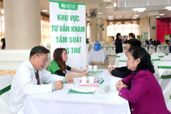 Phó Giáo sư – Tiến sĩ, Thầy thuốc nhân dân Đoàn Hữu Nghị- trực tiếp viên thăm khám, tư vấn tầm soát ung thư cho khách hàng
