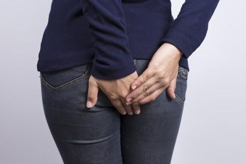 Đi ngoài ra máu là triệu chứng báo động bệnh liên quan đến đường tiêu hóa. Chảy máu tươi là dấu hiệu của bệnh trĩ, đại tràng và dạ dày.Với trường hợp người bệnh đi ngoài phân đen, có thể là dấu hiệu của xuất huyết đường tiêu hóa.