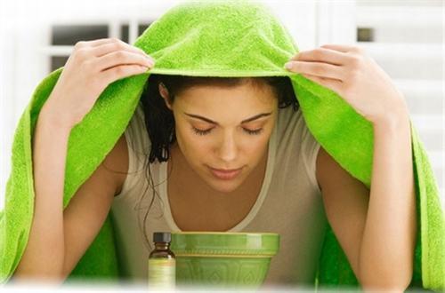 Nói một cách chính xác là xông mặt vì lúc này bạn cần hít sâu hơi nước ấm để giúp làm thông mũi. Bạn chỉ cần cho nước nóng và một chiếc xô hay chậu nhỏ, thêm 3-4 giọt giấm hoặc tinh dầu bạc hà. Dùng hỗn hợp này để xông mặt giúp bạn hết ngạt mũi và thư giãn hơn.