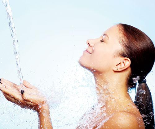 Ngay từ khi bắt đầu có dấu hiệu mệt mỏi, khó thở do ngạt mũi bạn nên tắm nước ấm hoặc ngâm mình trong bồn nước ấm với các loại tinh dầu như tinh dầu bạc hà, tinh dầu trà,… Bạn càng áp dụng sớm, chứng ngạt mũi và cảm cúm càng nhẹ và nhanh chóng bị đánh bại.