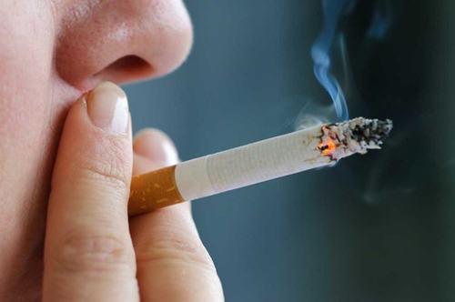 Hút thuốc lá là một trong những nguyên nhân khiến trẻ bị đờm