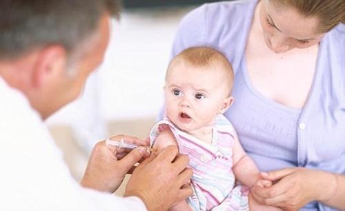 Trẻ sơ sinh cần được tiêm phòng đầy đủ
